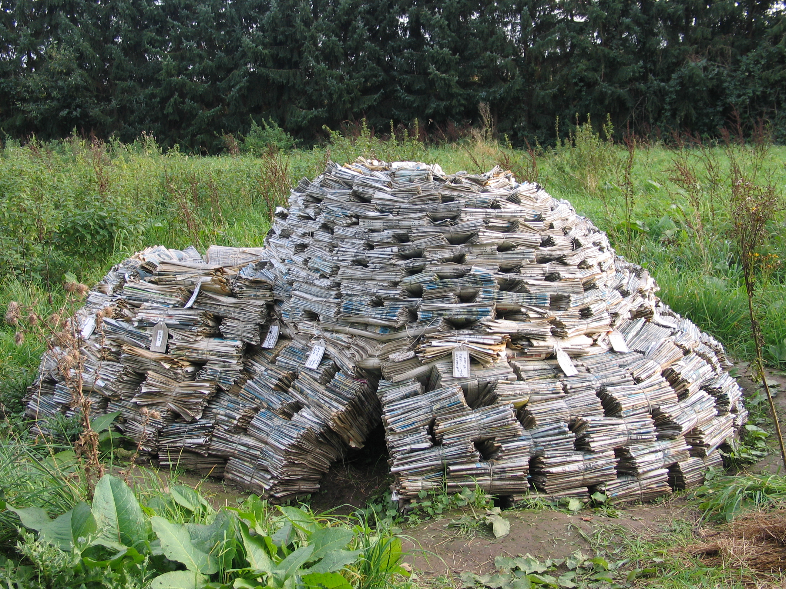 Opslag, kranten, touw en lijm 2007 in expositie 'Hiding goods', Alarm, Beugen