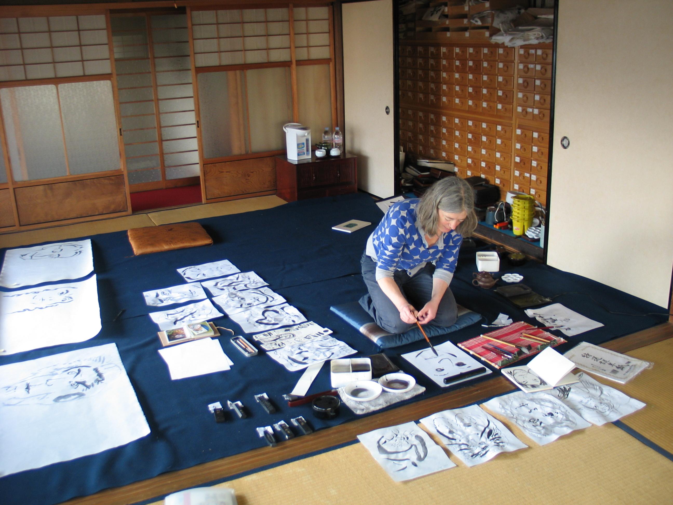 Tekenen met inkt in het atelier van inktfabriek Boku Undo, Nara, Japan, 23 februari 2010