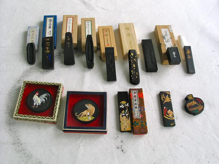 collectie inktstaafjes uit Japan; op de onderste rij de collector's items