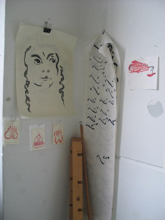Atelier 8 september 2011, met kalligrafie-oefening 'hart', links 3 eenkleurhoutsneden in Japan gekocht, rechts het Nieuwjaarskonijn 2011